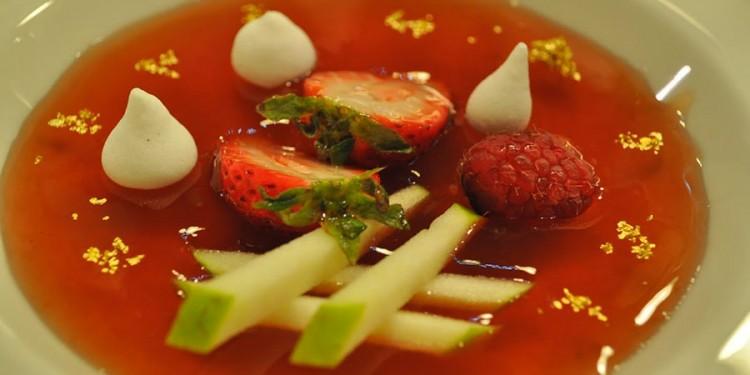 Sopa fría de té con bastoncillos de manzana ácida, frutos rojos y puntos de merengue francés