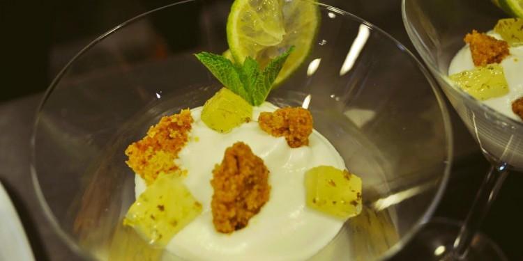 Mi versión de mojito elaborado con: Mousse de lima, bizcocho de almendra, dados de gelatina de mojito y galleta crujiente de azúcar moreno
