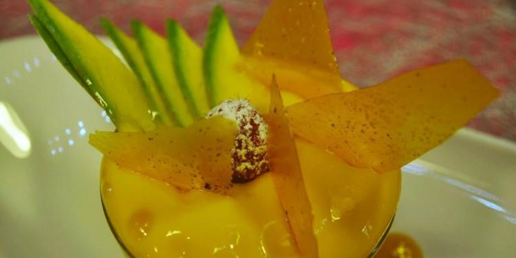 Mango en texturas elaborado con batido de mango y chocolate y mousse de mango en sifón